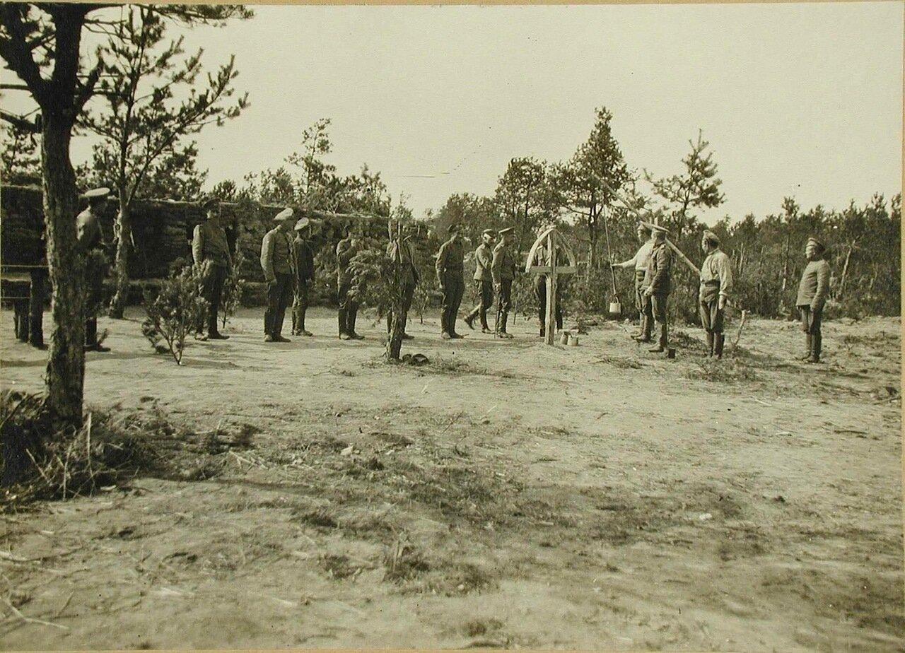 10. Солдаты и офицеры VI-го эскадрона гусарского полка у импровизированного колодца; на заднем плане защитные сооружения