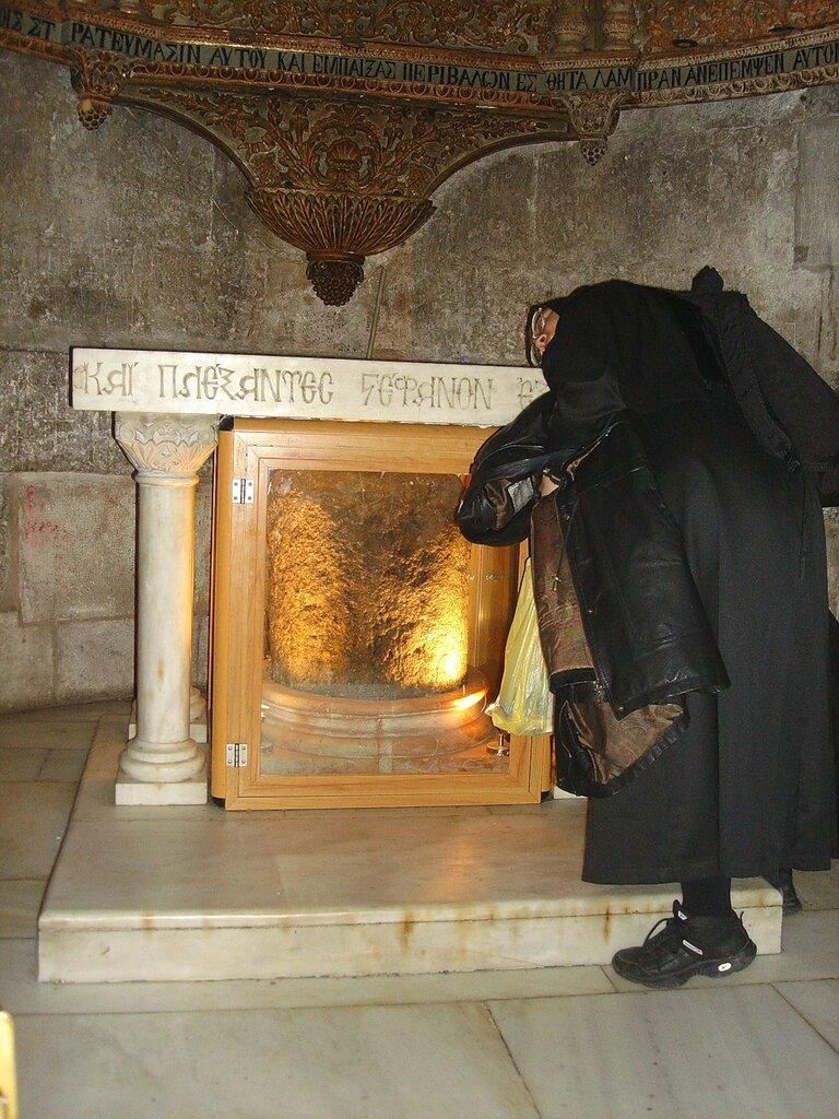 Иерусалим, Храм Гроба Господня. Сохранившаяся часть столба бичеванияПриложив ухо к камню, можно услышать свист бича