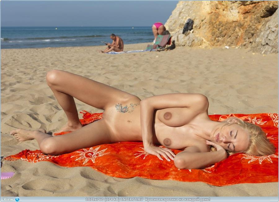 Заснула на пляже (19 фото)
