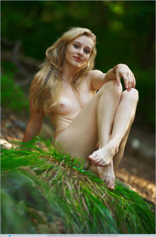 Погуляла голой у речки (20 фото)