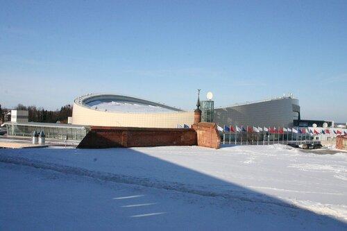 Коломенский конькобежный центр на фоне кремлевских развалин