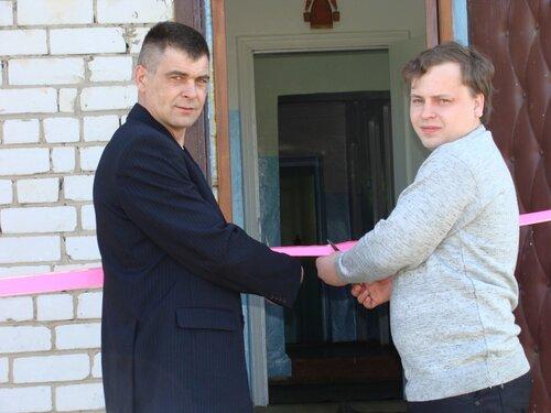 Инженер А. А. Смирнов и В. Л. Самуйлов перерезают ленточку