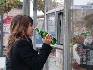 Покупать крепкое спиртное молодые люди смогут теперь только при наличии документа