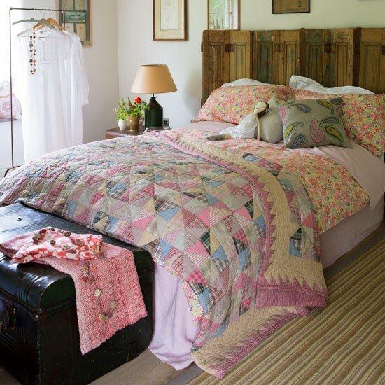 Дизайн спальни в стиле Кантри.  Классический лоскутное одеяло сшито на...