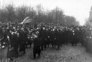 Демонстрация в связи с проводами гроба с телом князя С.Н.Трубецкого проходит мимо Таврического сада.