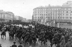 Конная полиция теснит демонстрантов после проводов гроба с телом князя С.Н.Трубецкого со Знаменской площади на Лиговскую улицу.
