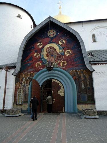 Почаевская лавра. Вход в одну из церквей