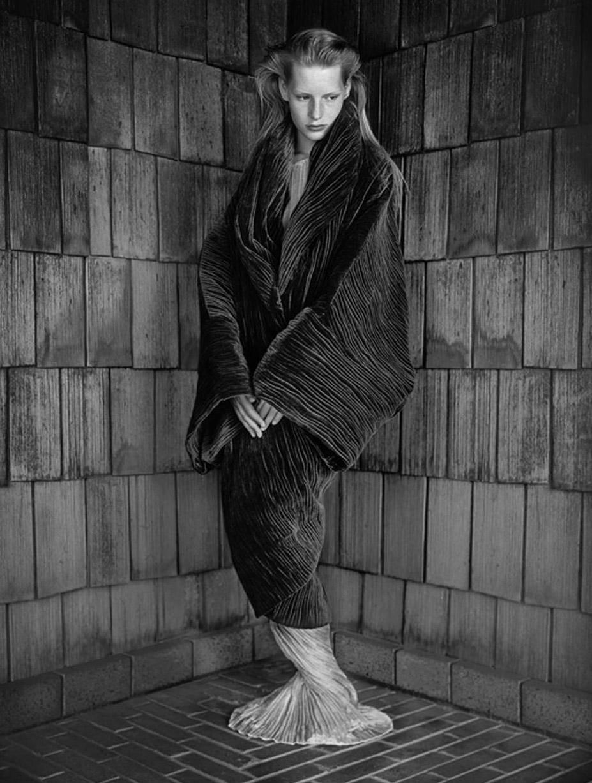 работа фотографа Альберта Уотсона / Kirsten Owen, Romeo Gigli Dress, Los Angeles, 1989 - photo by Albert Watson