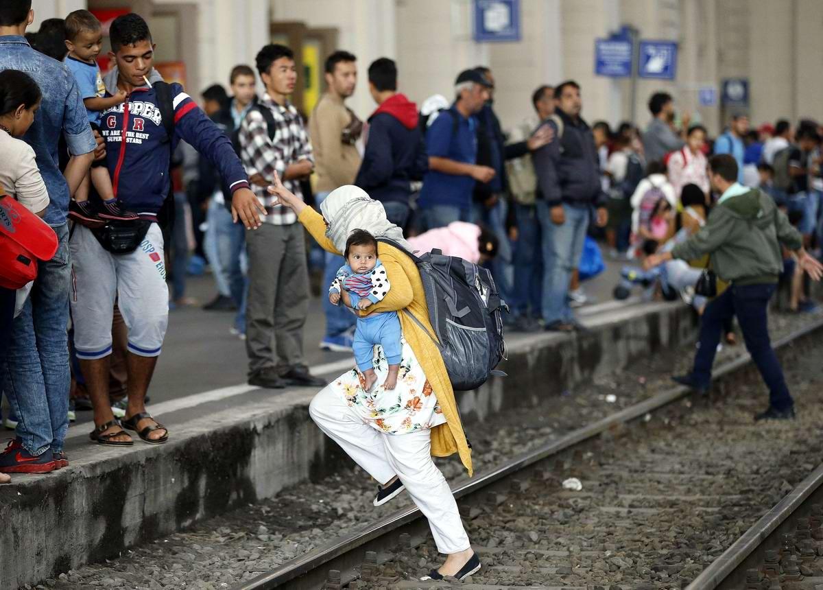 Штурм Будапешта: Мигранты с Ближнего Востока на ж/д вокзал венгерской столицы (13)