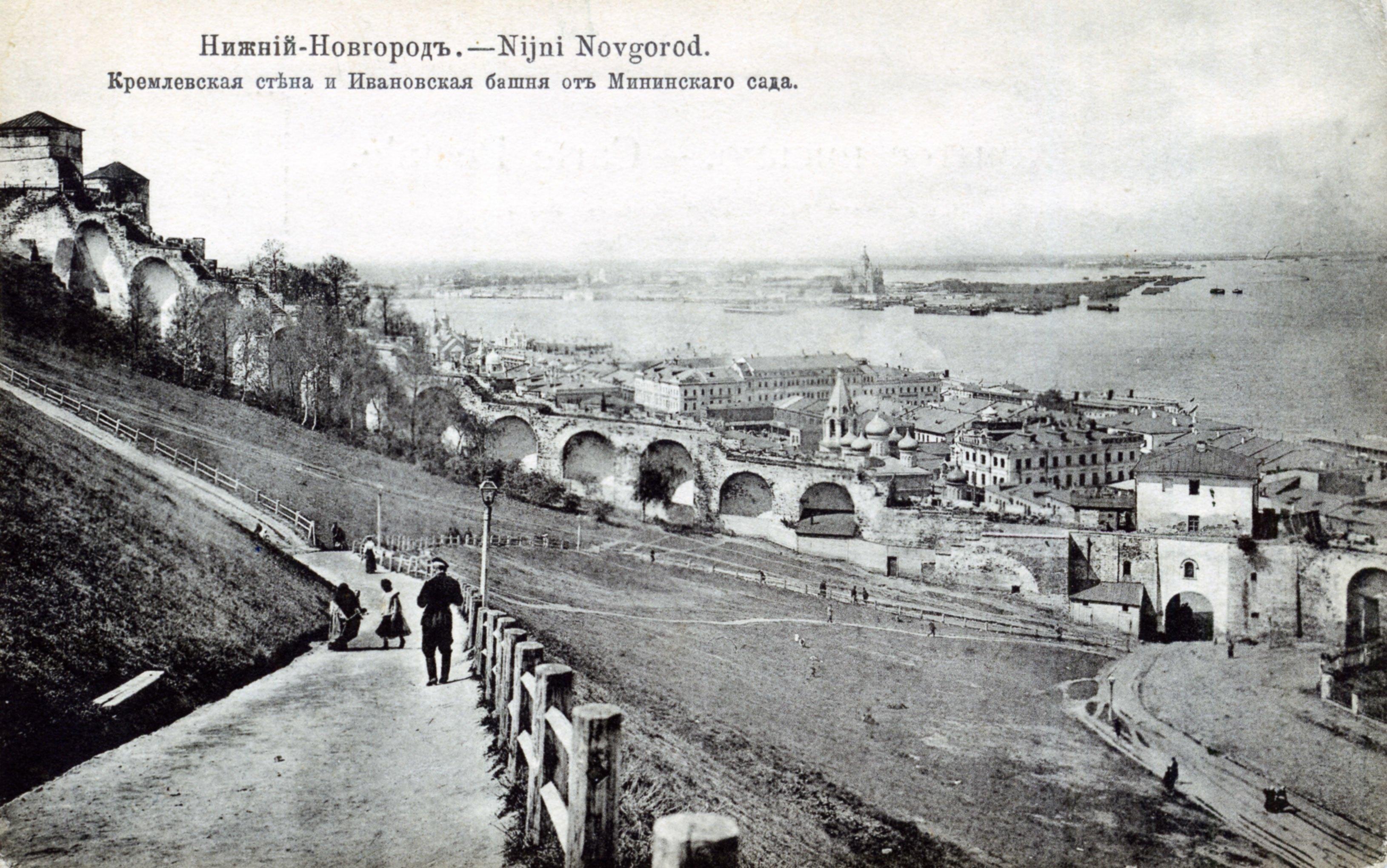 Кремлевская стена и Ивановская башня от Мининского сада