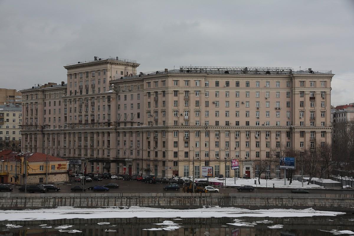 Десятиэтажный двенадцатиподъездный кирпичный жилой дом в стиле позднего сталинского ампира
