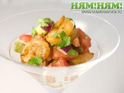 Пряный салат-коктейль из авокадо и креветок