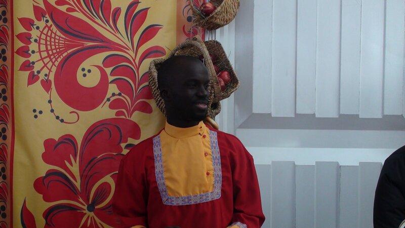 Темнокожий официант