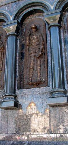 Отражение Успенского собора в граните постамента памятника кн. Владимира в г. Владимире