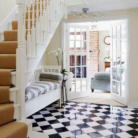 Пол сделан под ретро-стиль, классическая для того времени черно-белая. дизайн интерьера прихожей квартиры фото.