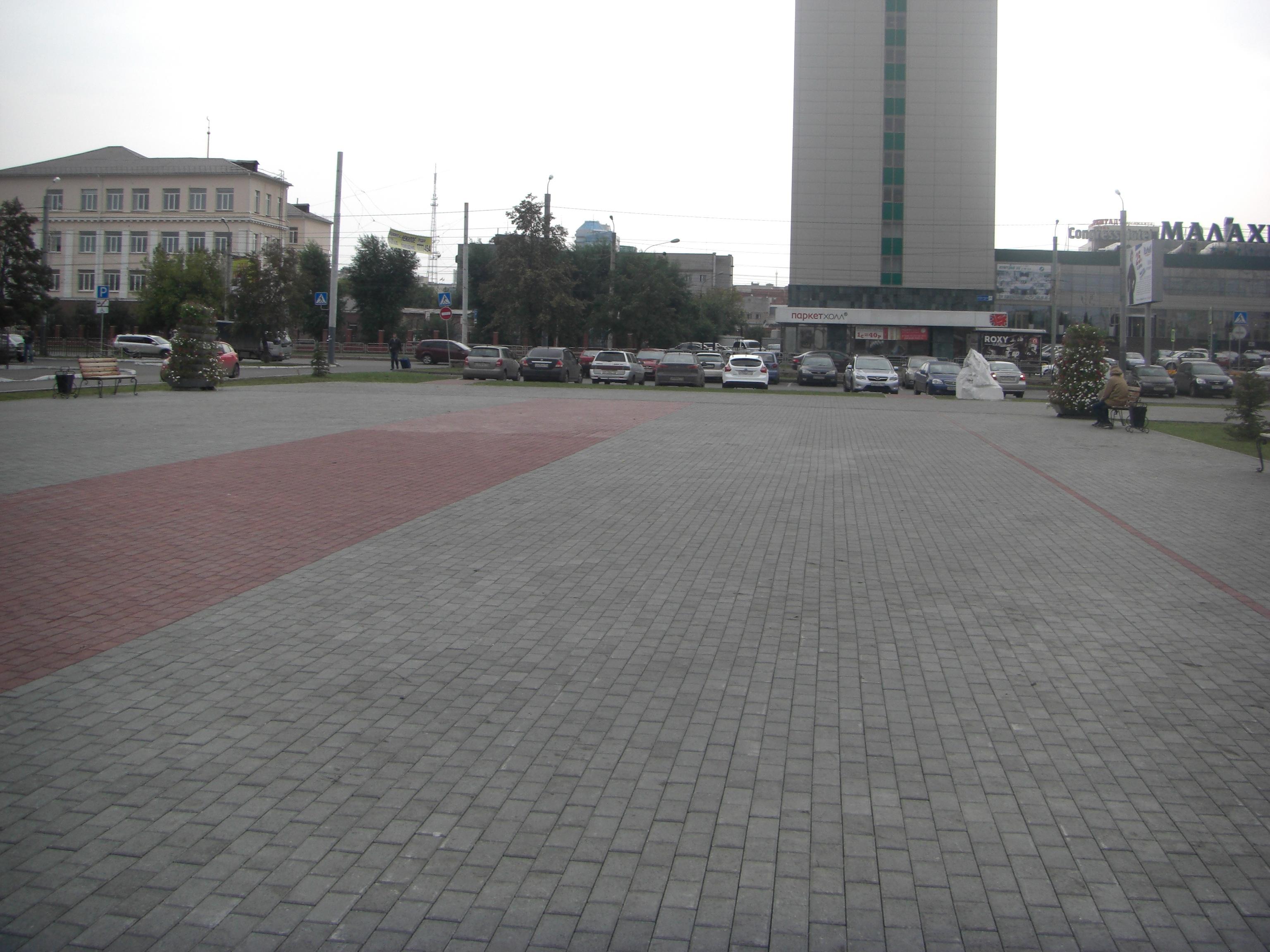 Вид на гостиницу ″Малахит″ со стороны монумента (26.05.2015)