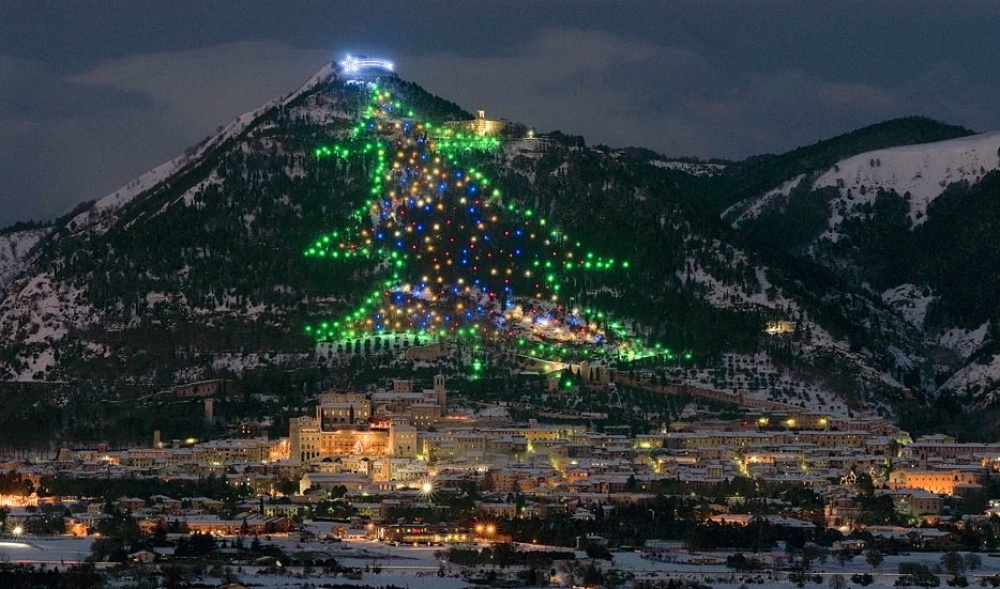 Жители Губбио— настоящие счастливчики, потому что видят украшенную елку излюбой точки города: она
