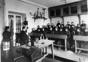 Группа учащихся на уроке физики.