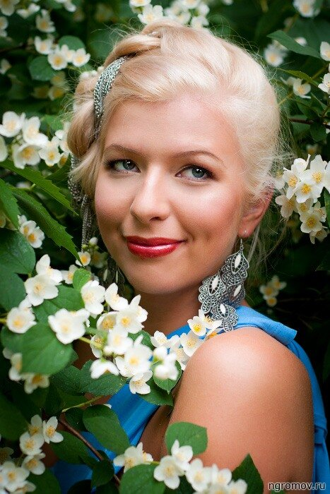 Девушка в цветах жасмина (блондинка, жасмин, цветок)