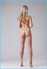 Блондинка с изумительной фигурой показала отличную эротику в студии (20 фото)