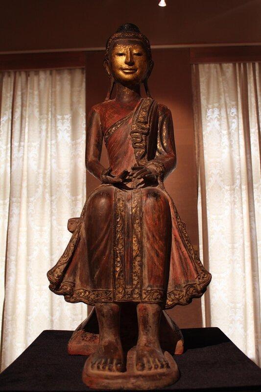 """Скульптура Будды, сидящего в """"европейской позе"""""""