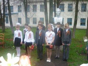 Присутствующих на митинге с Днём Победы поздравляют дети.