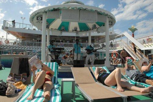 Пляжный отдых на корабле.