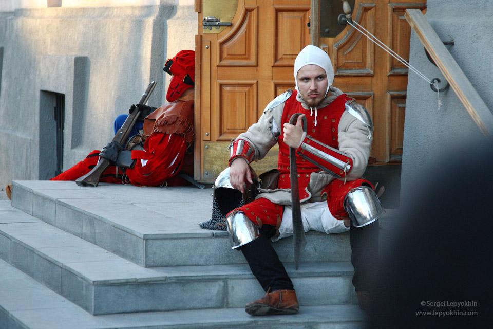 Вход в здание охранялся серьезными средневековыми рыцарями в доспехах. Акция «Ночь в музее» в Волгоградском областном краеведческом музее.