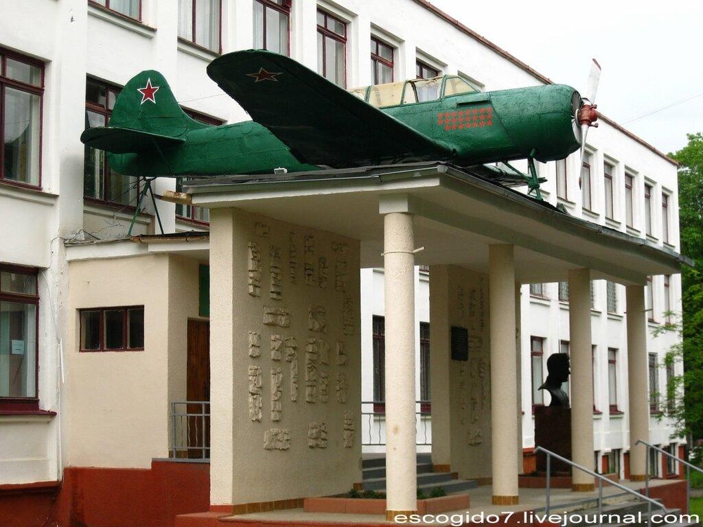 Пилот посадил самолет на крышу школы