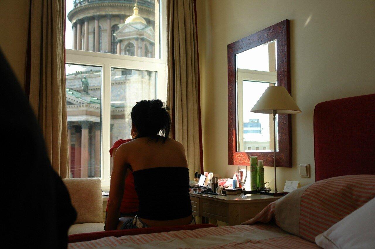 Девушка в номере отеля