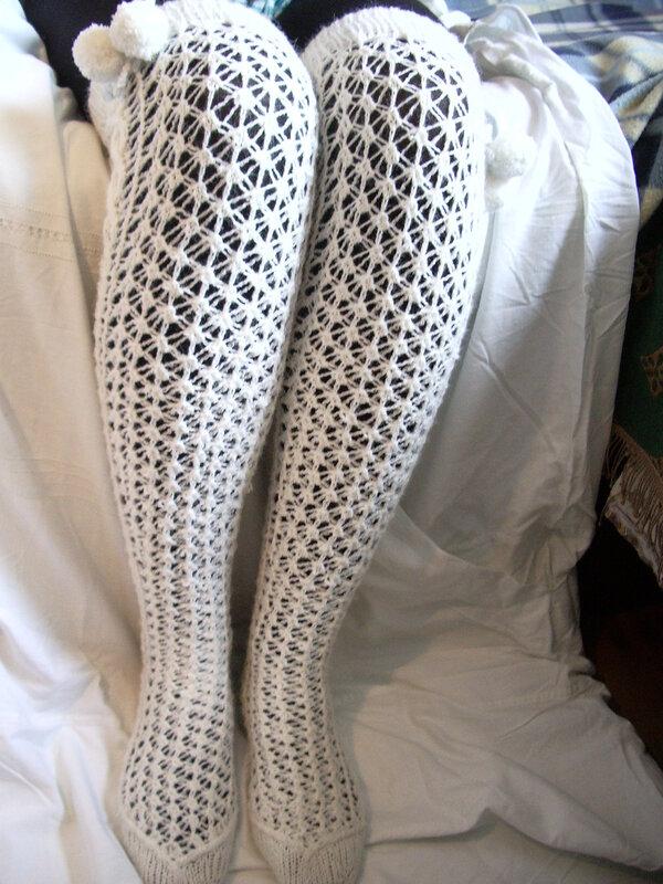 Чулки на паре стройных ножек и женская одежда.