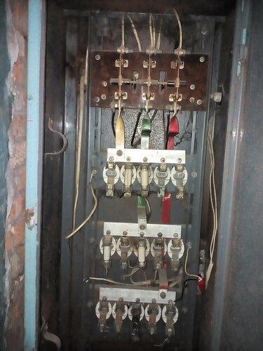 Срочный вызов электрика аварийной службы из-за отключения электроснабжения квартиры после перегорания плавкого предохранителя