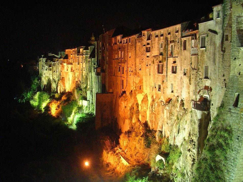 Ночью город выглядит сказочно итаинственно.
