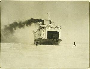 Ледокол Байкалпробивает канал во льду