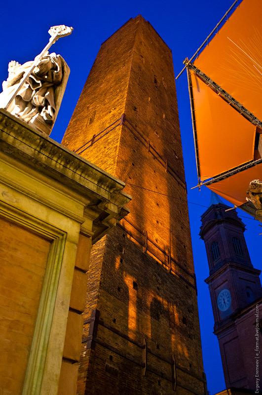 над тентом должна бы показаться башня Азинелли высотой 97 метров