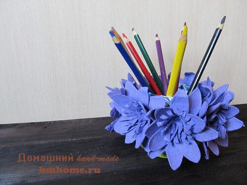 Подставка для карандашей с цветами из яичного лотка