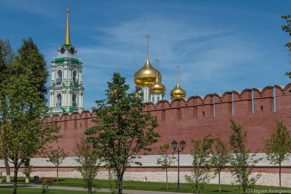 Успенский собор и колокольня за кремлевской стеной