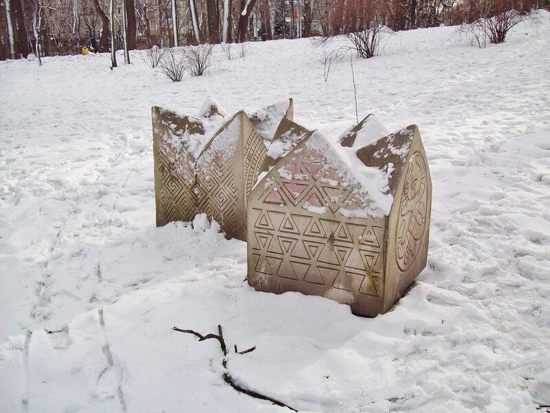 Скульптуры Мариинского парка под снегом
