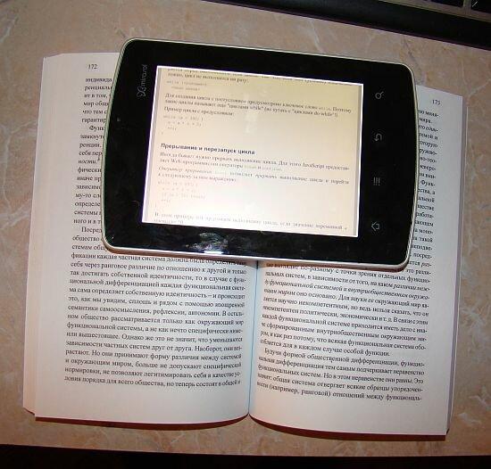 Сравнение экрана Mirasol в Kyobo eReader и обычной бумаги