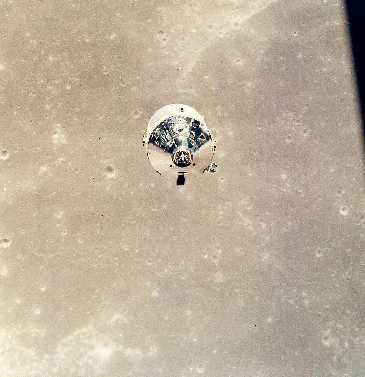 Коллинз отвёл «Колумбию» на расстояние около 1300 м. На снимке: Командный модуль на лунной орбите с Майклом Коллинзом на борту