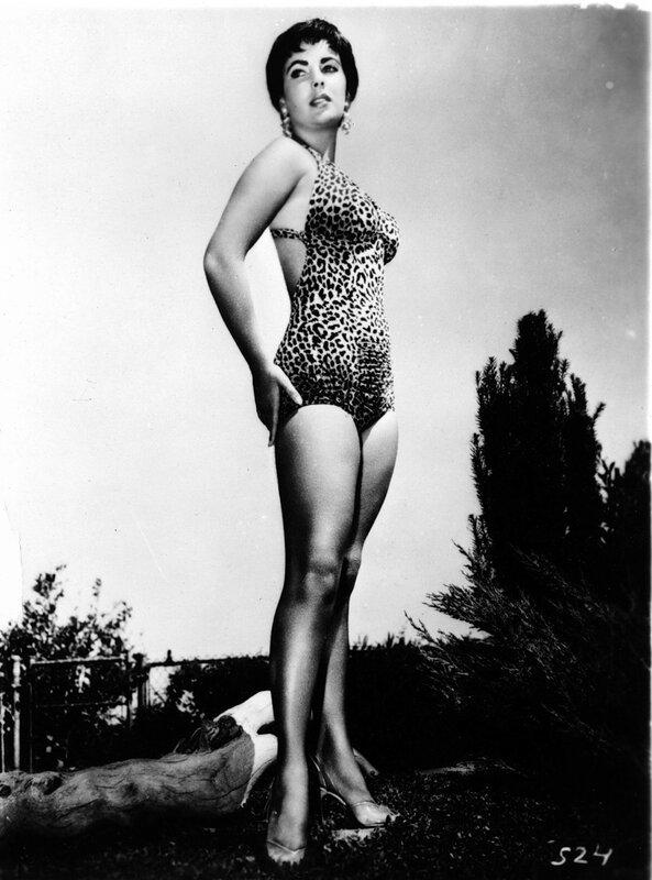Elizabeth TAYLOR posiert in einem Badeanzug, 1963