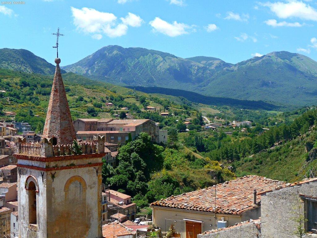 Вид на горы, город и его окрестности.