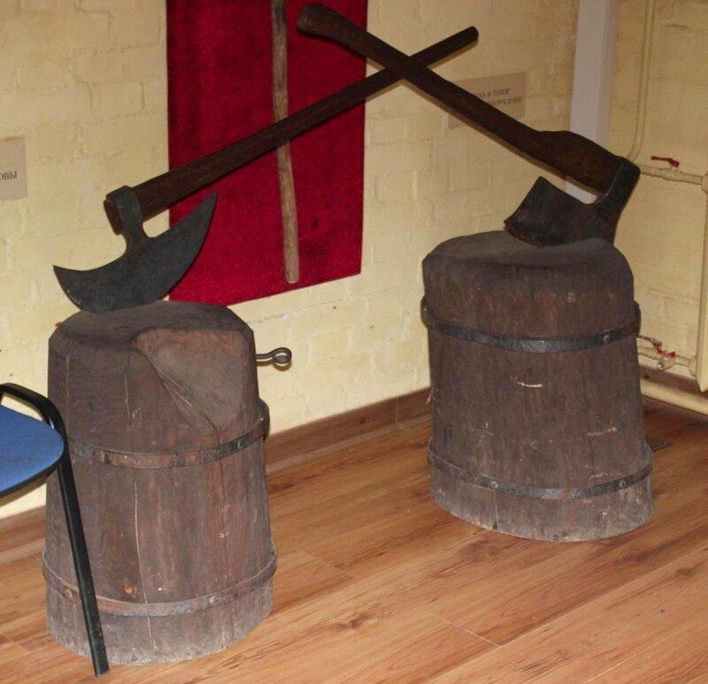 Плаха и топор для отрубания головы; плаха и топор для отрубания рук и ног