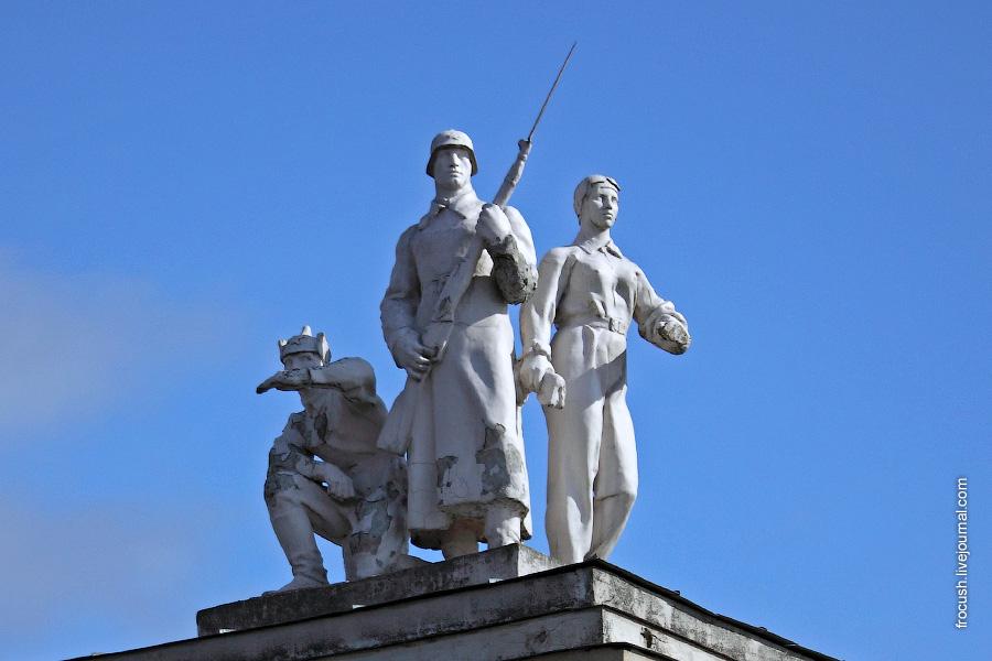 Скульптурные группы на башнях второго шлюза