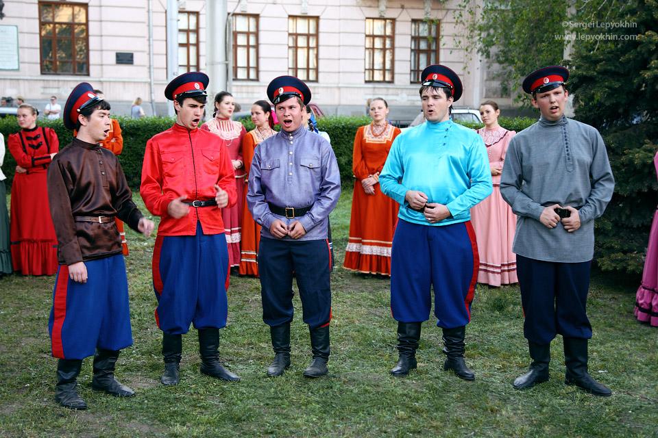 Казаки затягивали песню. Акция «Ночь в музее» в Волгоградском областном краеведческом музее.