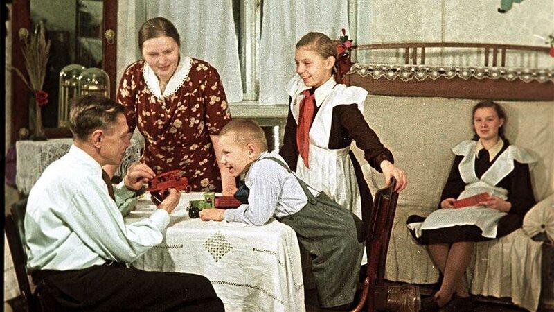 1951 Пекарь С.И. Мельников с семьей в новой квартире Олег Кнорринг.jpg