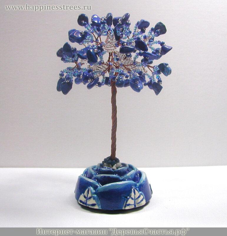 Ягоды лазурита оплетают листочки из белого и голубого прозрачного и синего матового бисера.
