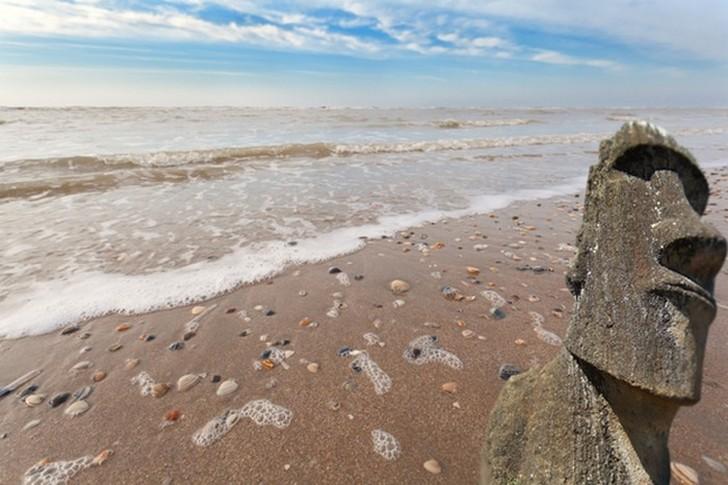 10. Статую с острова Пасхи прибило к берегу в Нидерландах 29 марта 1962 года на пляже возле Зандворт