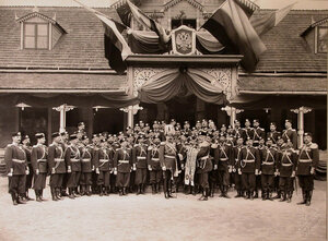 Офицеры полка во время церемонии передачи генералом от кавалерии, генералом-адъютантом графом фон-Веделем