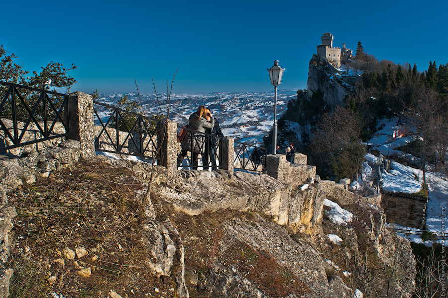 На вершине горы Титано (755 метров) в XI веке была построена крепость Честа